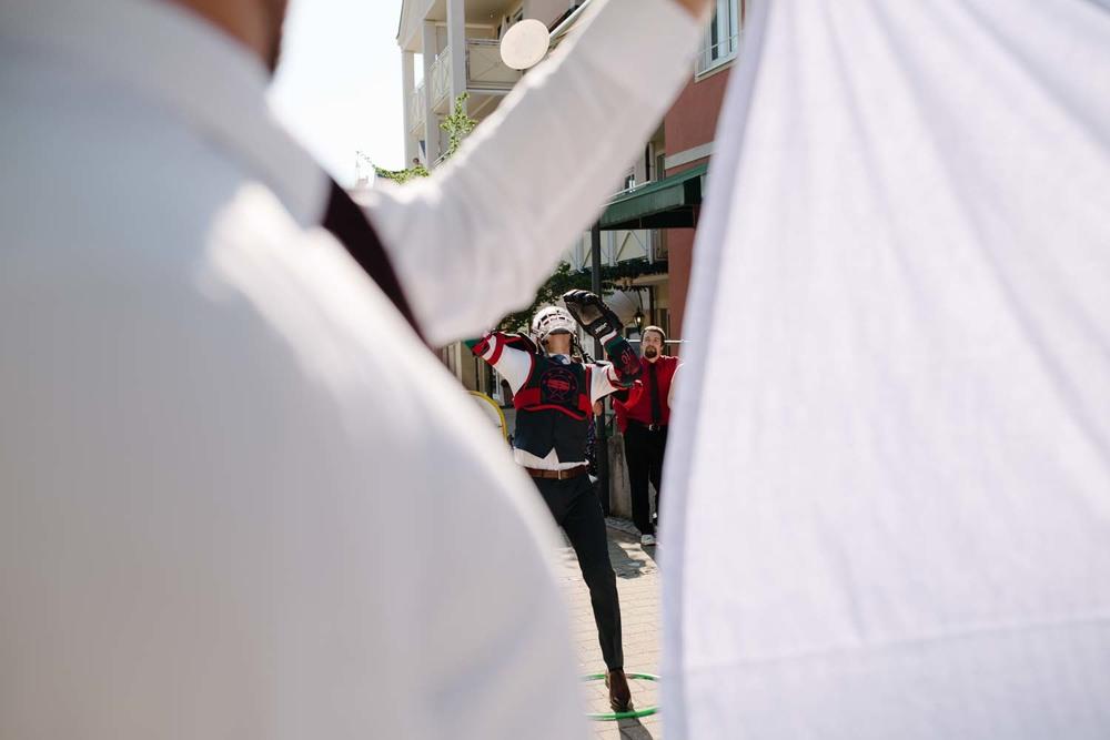 Bräutigam hechtet nach Teller Hochzeitsspiel Hochzeit Rostocker Fotograf in Augsburg