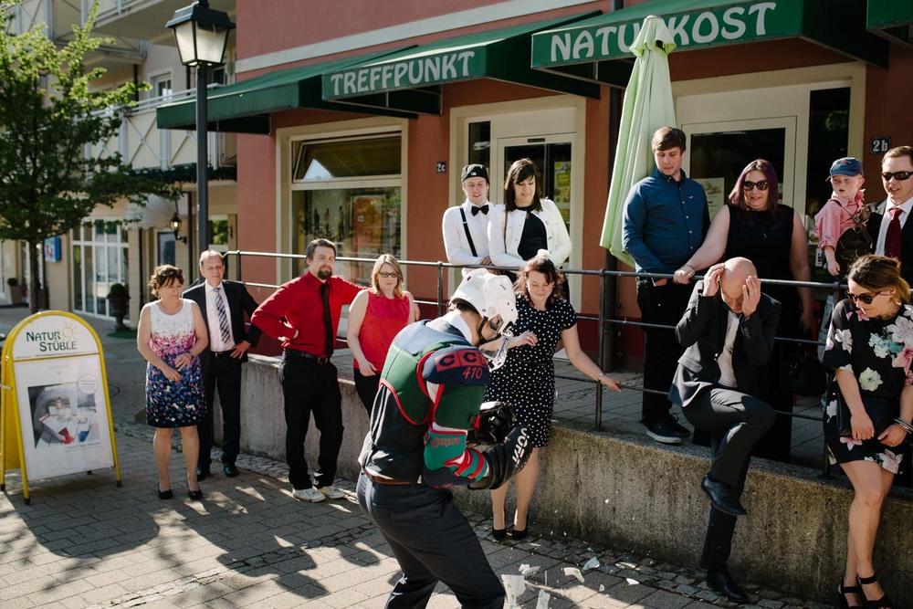 Hochzeitsgäste erschrecken beim poltern von Hochzeitsgeschirr Hochzeit Rostocker Fotograf in Augsburg