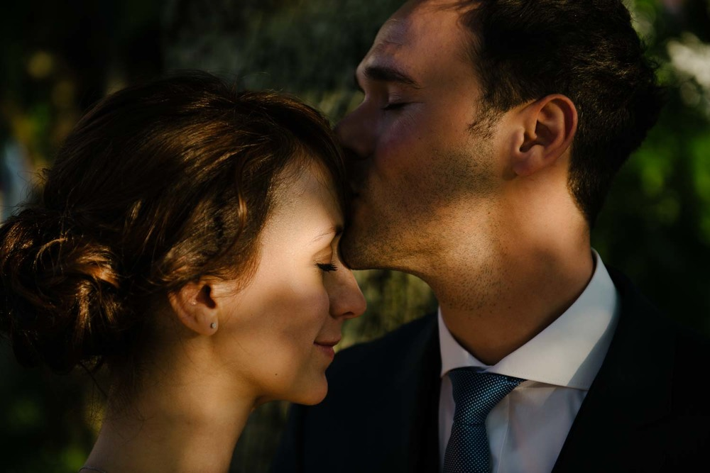der Bräutigam gibt der Braut einen Kuss auf die Stirn Portrait Hochzeit Rostocker Fotograf in Augsburg