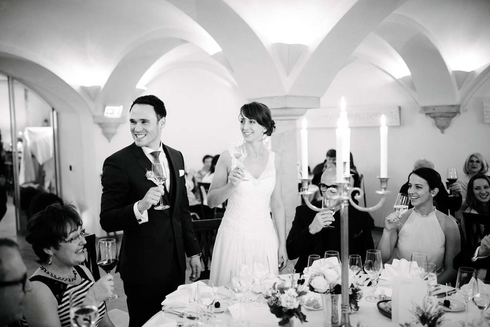 Brautpaar eröffnet das Abendessen Diner Hochzeit Rostocker Fotograf in Augsburg