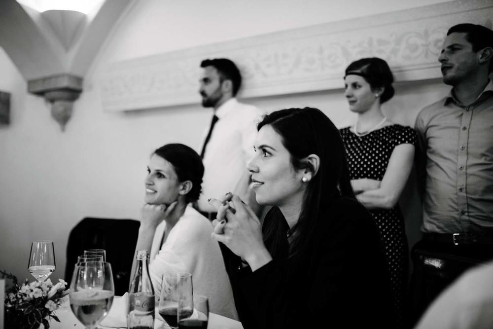 Gäste der Hochzeit beim betrachten des Hochzeitsspiel Rostocker Fotograf in Augsburg