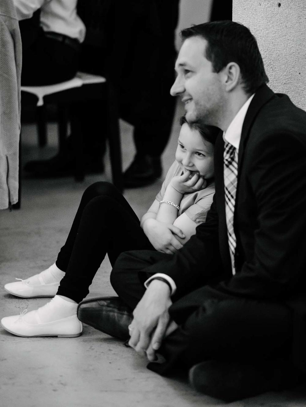 Mädchen und Vater beim Hochzeitsfest Hochzeit Rostocker Fotograf in Augsburg