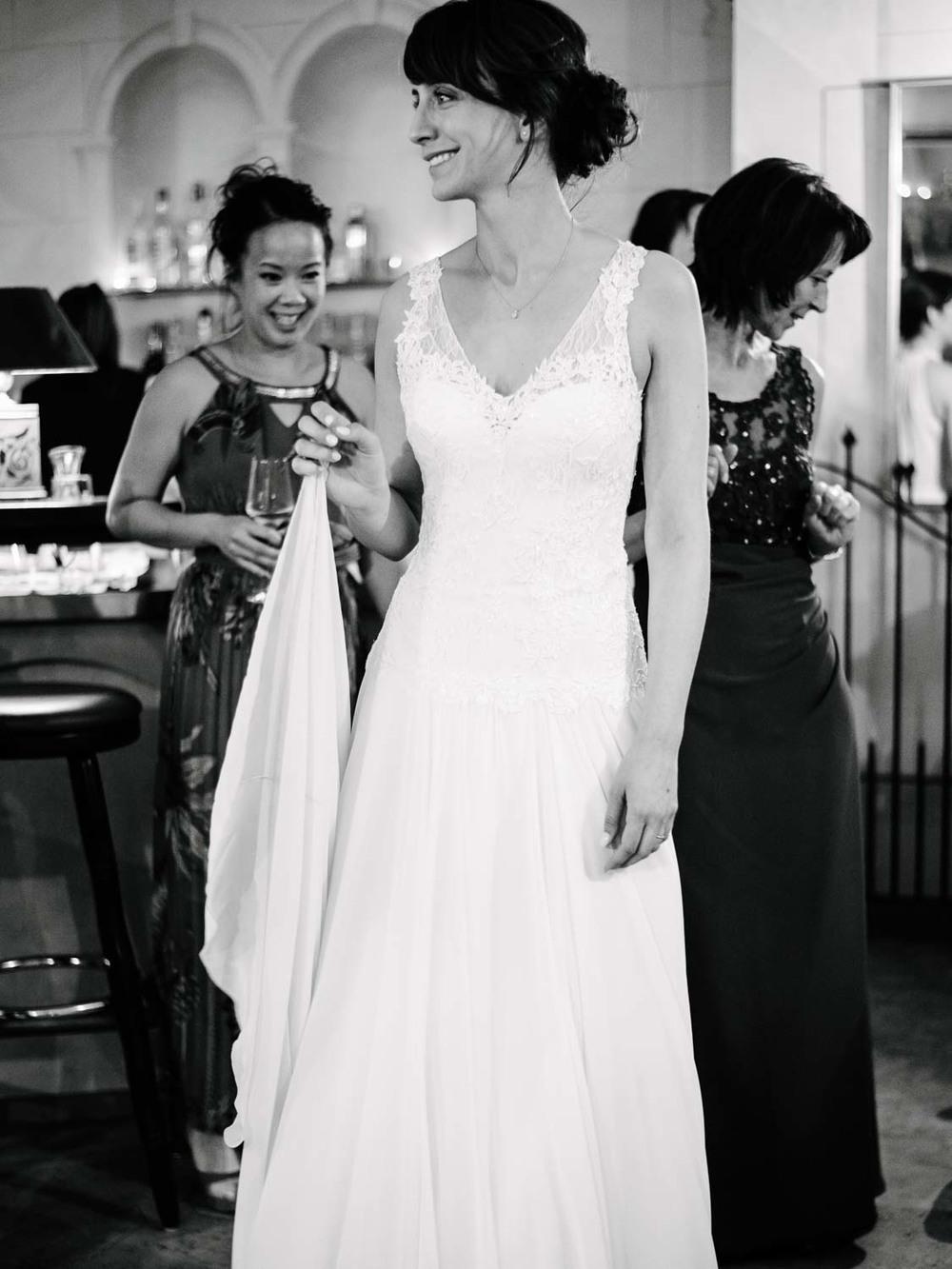 Braut hält ihr Kleid vor dem Hochzeitstanz Hochzeit Rostocker Fotograf in Augsburg