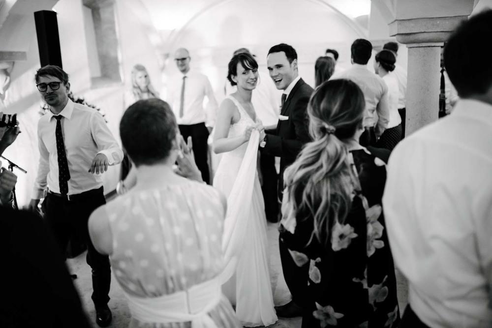 Brautpaar beim tanzen mit Gästen Hochzeit Rostocker Fotograf in Augsburg
