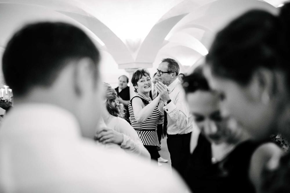Hochzeitsgäste beim Tanzen Rostocker Fotograf in Augsburg