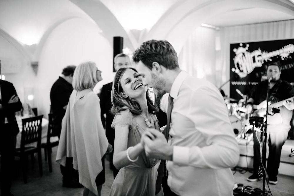 Trauzeuge und Brautjunger beim tanzen Party Hochzeit Rostocker Fotograf in Augsburg