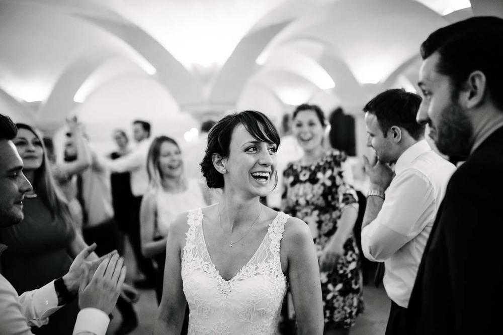 Braut auf der Tanzfläsche zwischen herren in Fliege und Anzug Hochzeit Rostocker Fotograf in Augsburg