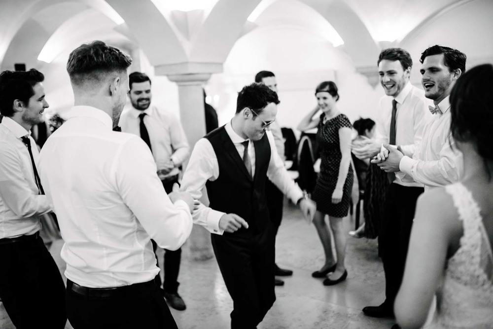 Bräutigam und Best Men beim Tanzen Rocken die Tanzfläche Hochzeit Rostocker Fotograf in Augsburg