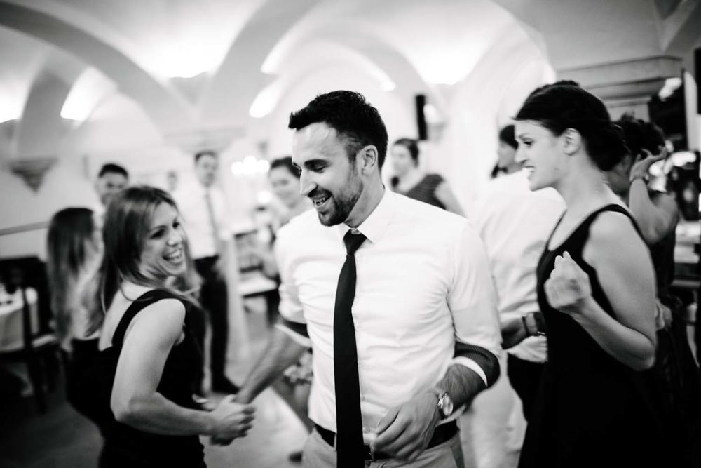 Auf der Tanzfläche mit Hemd und Krawatte mit jungen Damen Hochzeit Rostocker Fotograf in Augsburg