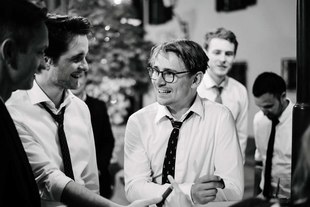 Best Men Herren Gäste beim rauchen Hochzeit Rostocker Fotograf in Augsburg