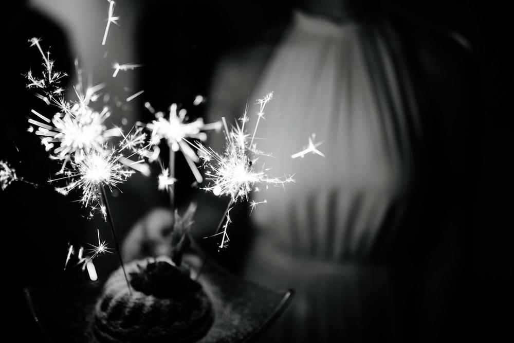 Wunderkerzen auf dem Geburtstagskuchen Detail Hochzeit Rostocker Fotograf in Augsburg