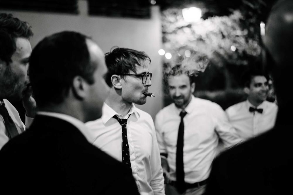 rauchender Herr im Anzug und Krawatte rauchen Zigarren beim Hochzeitsfest Hochzeit Rostocker Fotograf in Augsburg
