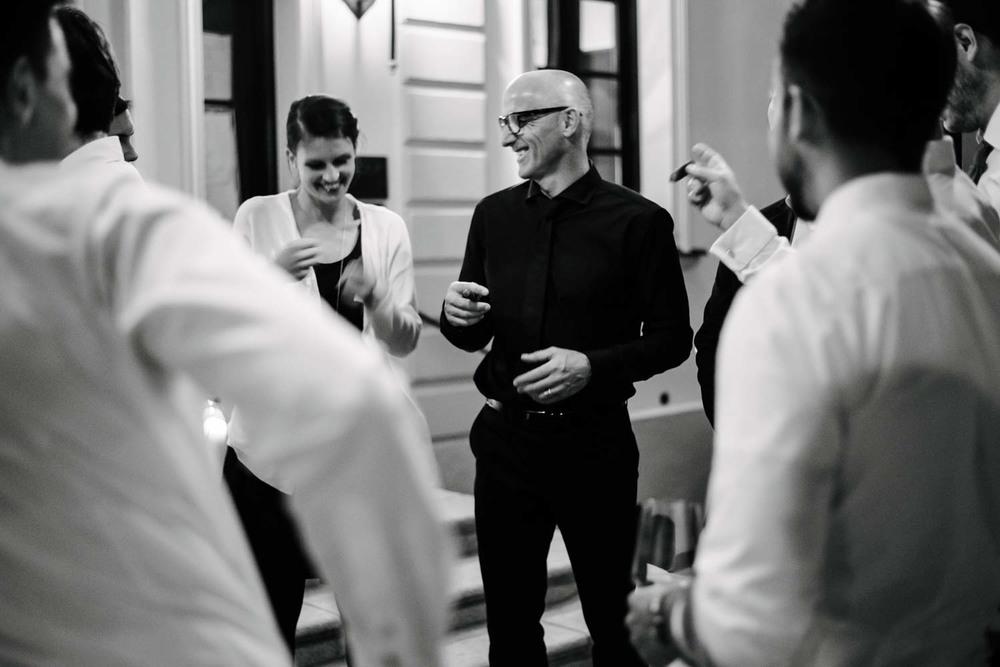 echter Moment des Glücks zwischen Hochzeitsgästen beim rauchen von Zigarren Hochzeit Rostocker Fotograf in Augsburg