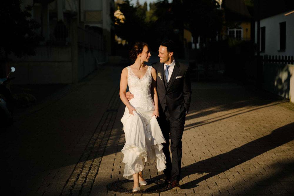 Hochzeitspaar läuft durchs abendlicht  Rostocker Fotograf in Augsburg
