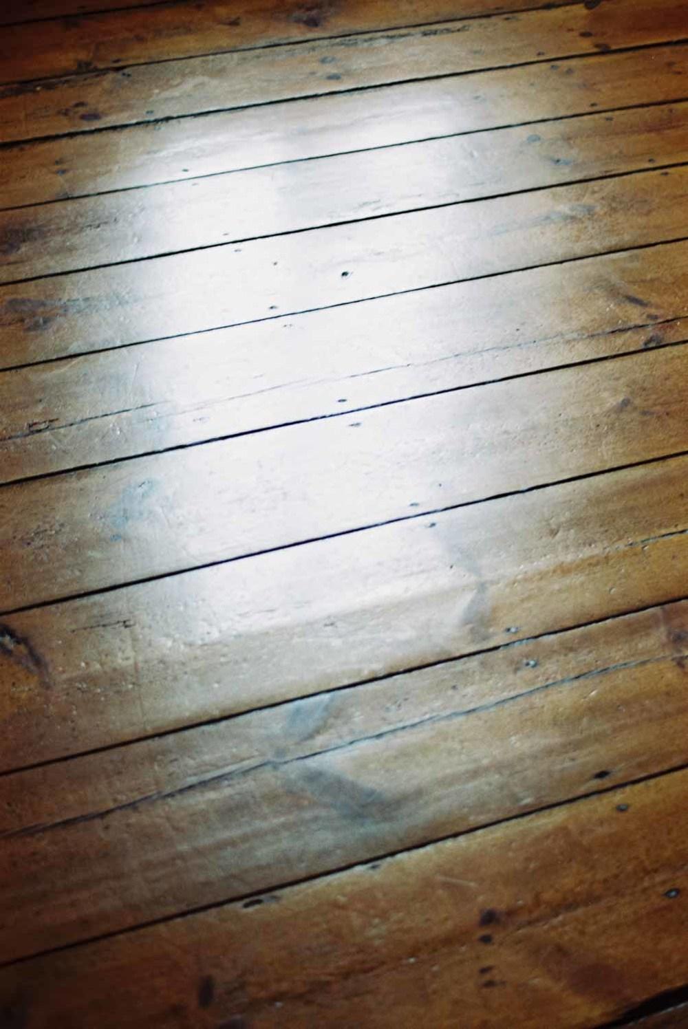 Lichtreflexion auf Holzboden