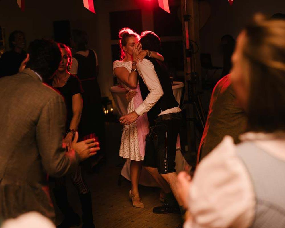 Hochzeitsreportage -  Hamburger Landhochzeit - Junge trifft Mädchen Hochzeitsfotografie