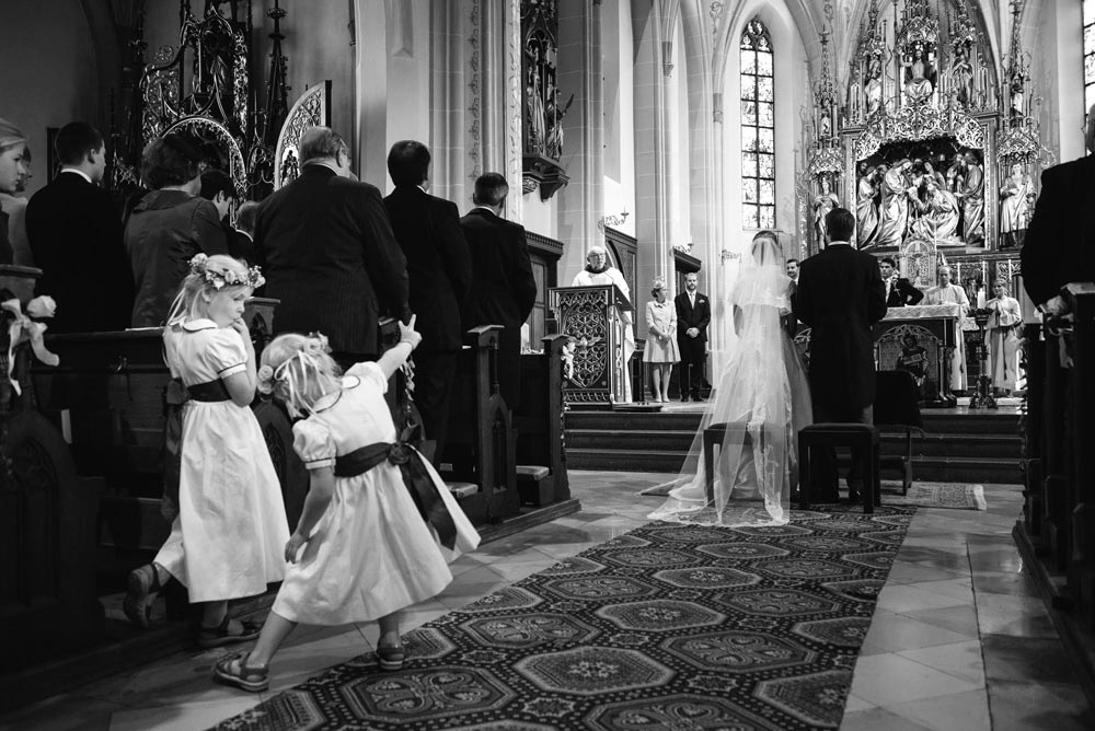 Blumenkinder während der kirchlichen Trauung - Junge trifft Mädchen -Hochzeitsfotografie in München