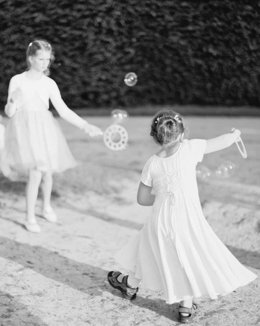 Kinder spielen mit Seifenblasen zur Hochzeit