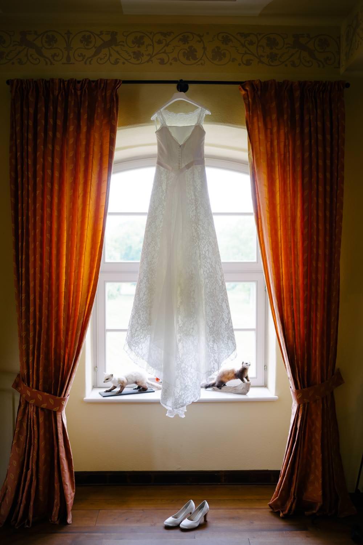 Hochzeitskleid im Fenster Ulrichshusen
