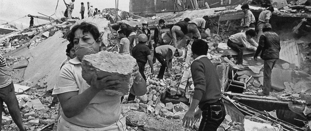 La sociedad desbordada en esfuerzos de rescate ante el sismo de 1985 |  Foto:  Omar Torres/AFP/Getty Images | Modificada por el sitio adn40.mx