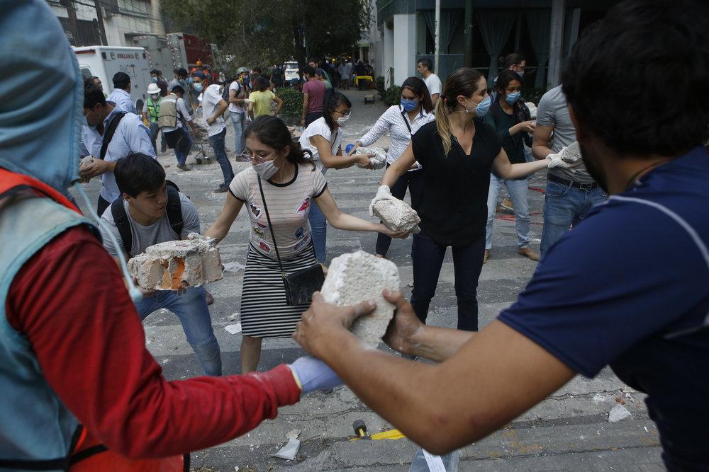 La sociedad desbordada en esfuerzos de rescate ante el sismo de 2017.  Foto : AP Photo/Rebecca Blackwell