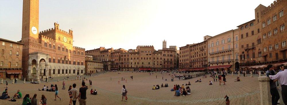 Plaza en pendiente. Piazza del Campo en Siena, Italia.