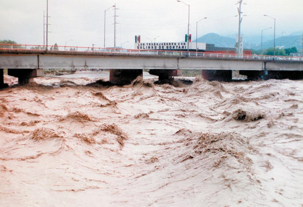Cauce del río Santa Catarina durante el huracán Gilberto, 1988. (Fuente:Agua para Monterrey: Logros, retos y oportunidades para Nuevo León y México).