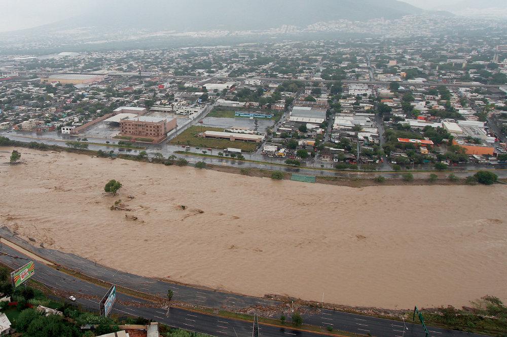 Cauce del río Santa Catarina durante el huracán Álex, 2010. (Fuente:Agua para Monterrey: Logros, retos y oportunidades para Nuevo León y México).