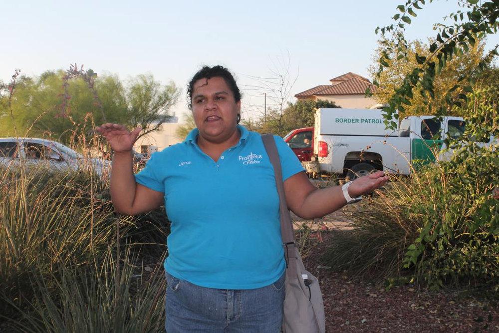 Jocabed Gallegos dando un discurso a pocos metros de la frontera de Douglas, Arizona.  Foto: Jesús Francisco Quintero