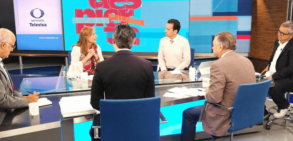 El suéter rosa de Loret, Loret,  los tres amigos  (Juan Ignacio Zavala, Aurelio Nuño y Jorge G. Castañeda), un colado y la tía.