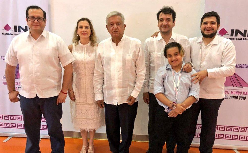 La foto que indignó al México blanco. Publicada por José Ramón en Twitter , el hijo mayor de López Obrador.