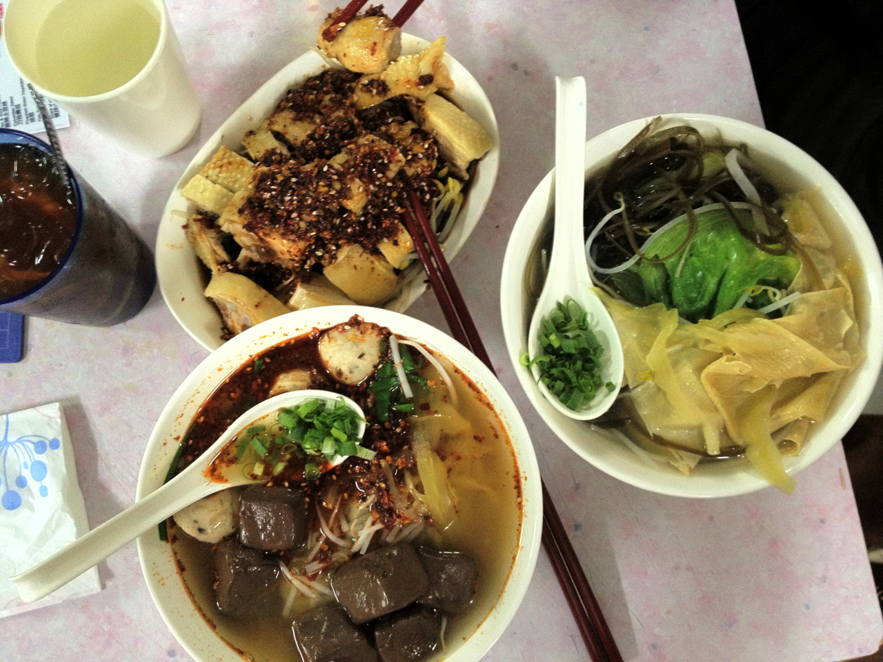 One of my favorite things about Hong Kong is all the noodle shops. I ♥ noodle soups.