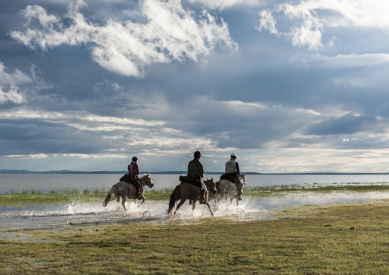 Michaela Gradinger, Christoffer Adriansson and Matthias Gardlund take to the water after Horse Station 12 - Monday 13th August ©Richard Dunwoody