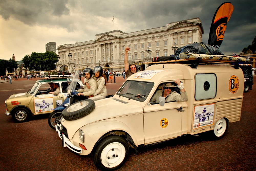 Jools passes Buckingham Palace on the 2007 Rally