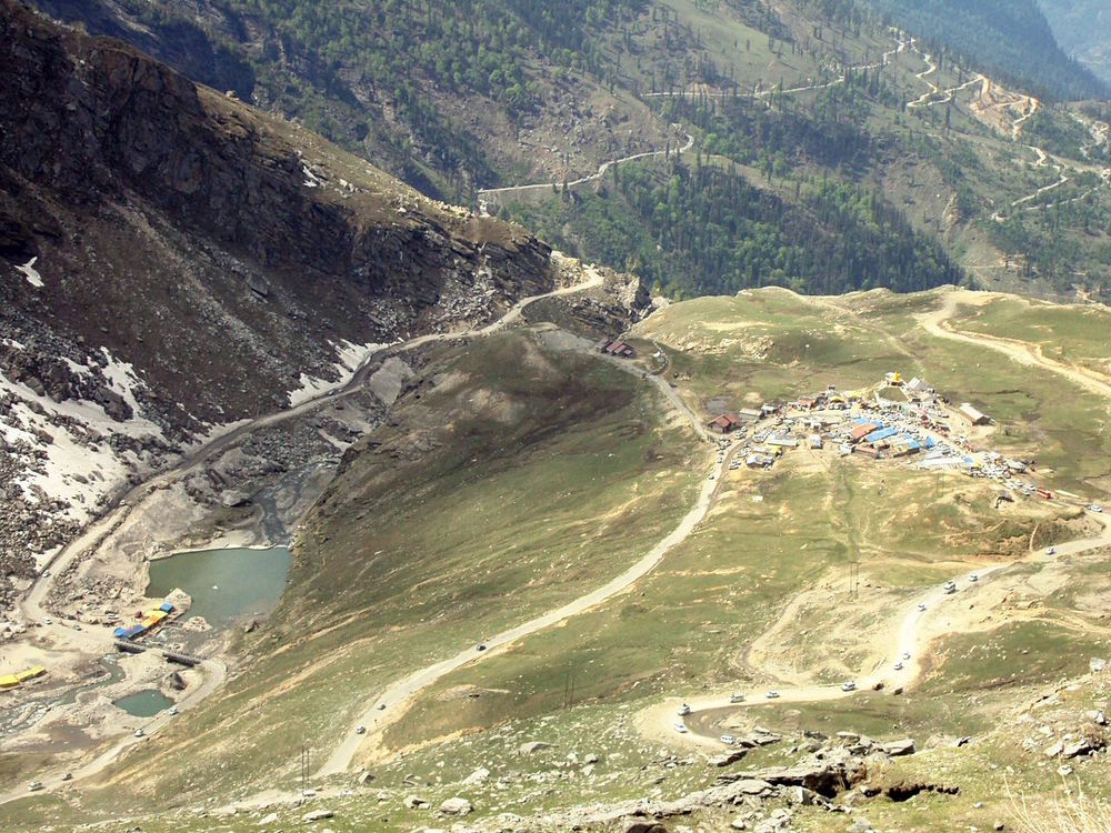 Dhabas at Rohtang Pass by Aman Gupta (Own work) CC BY-SA 3.0 or GFDL, via Wikimedia Commons