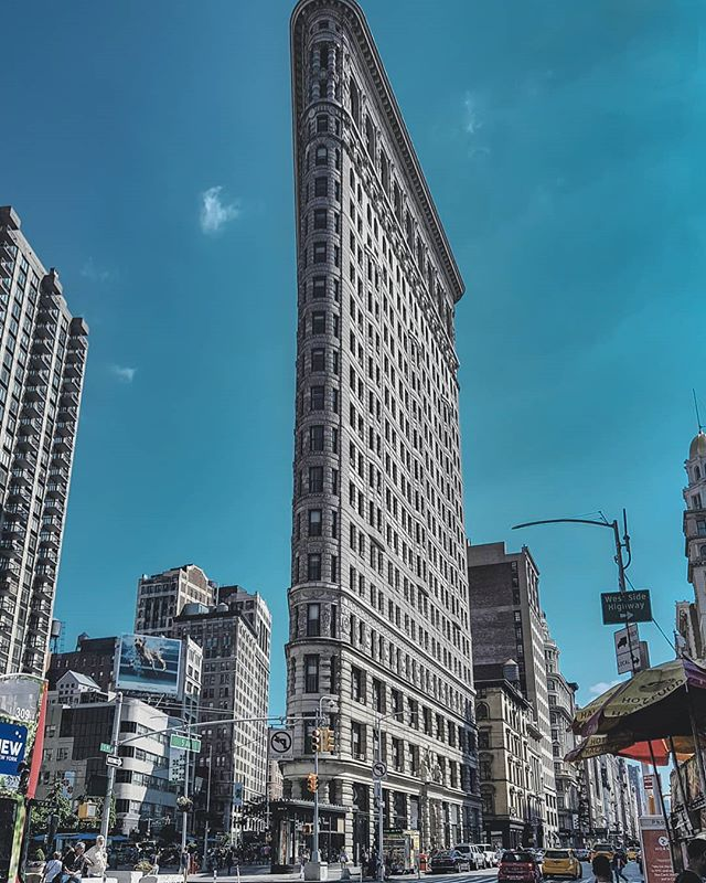 Too tall to fit in. #buildingtootalltofitinpicture #newyork #flatiron #travel
