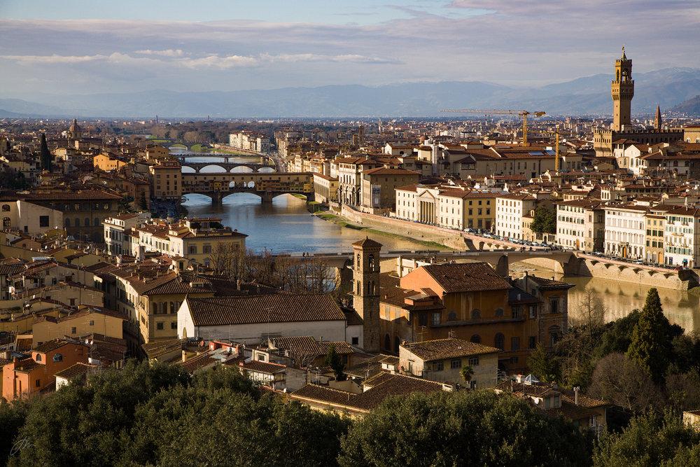 Elven Arno deler Firenze i to