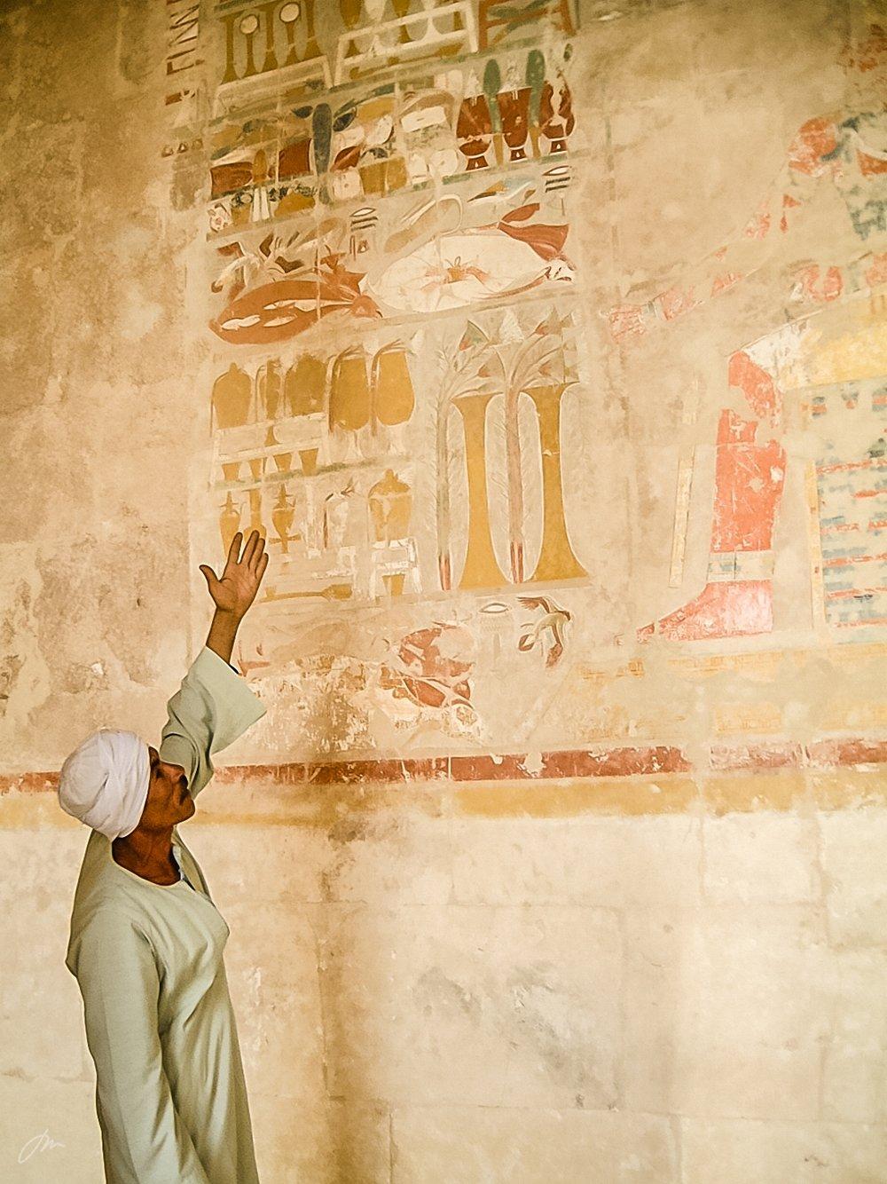 Tempelguiden forklarer veggbildene
