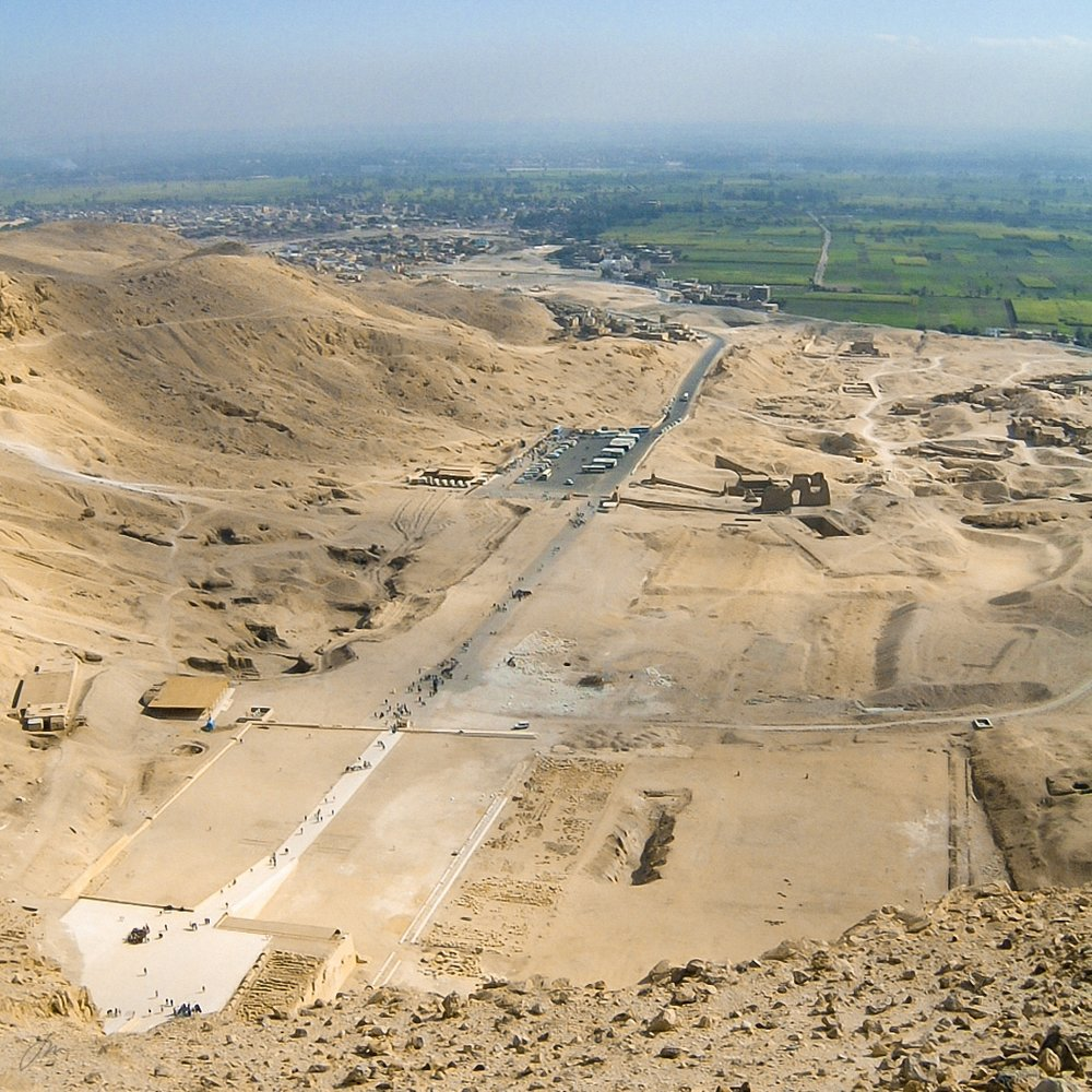 Deir el-Bahri – Luxor i bakgrunnen