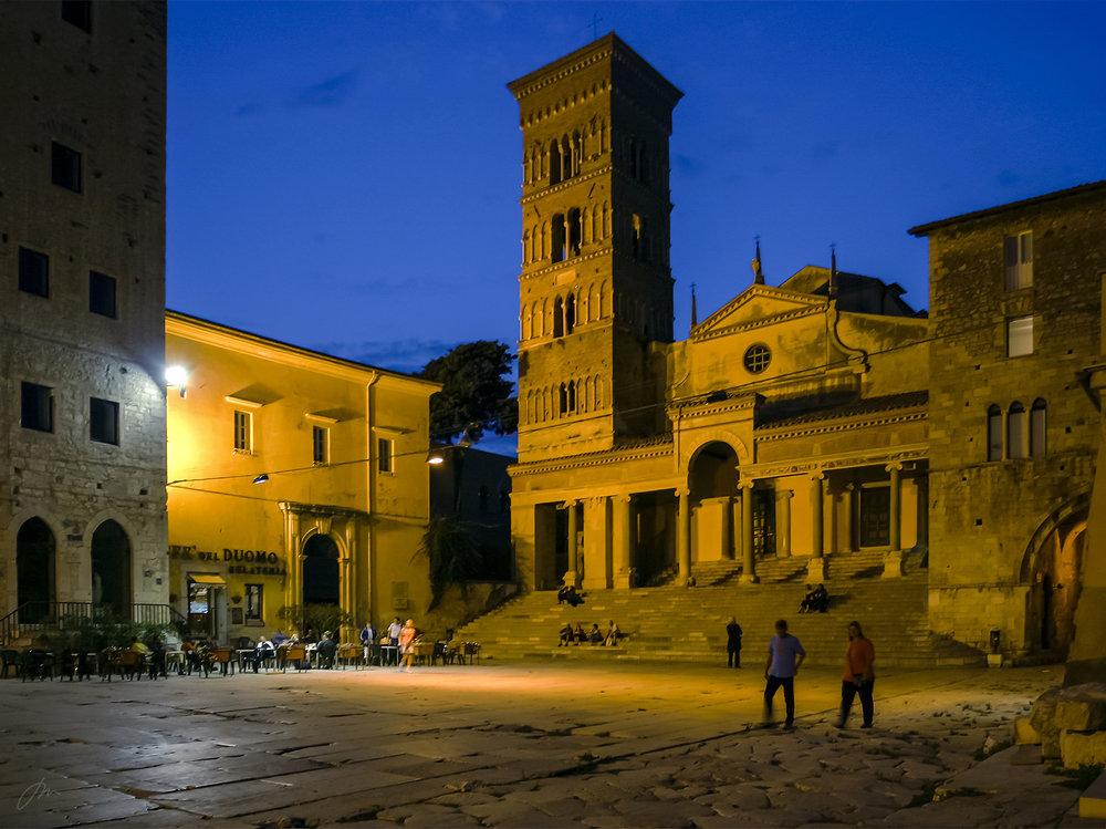 Centro Storico i Terracina. De to personene til høyre går på Via Appia Antica.