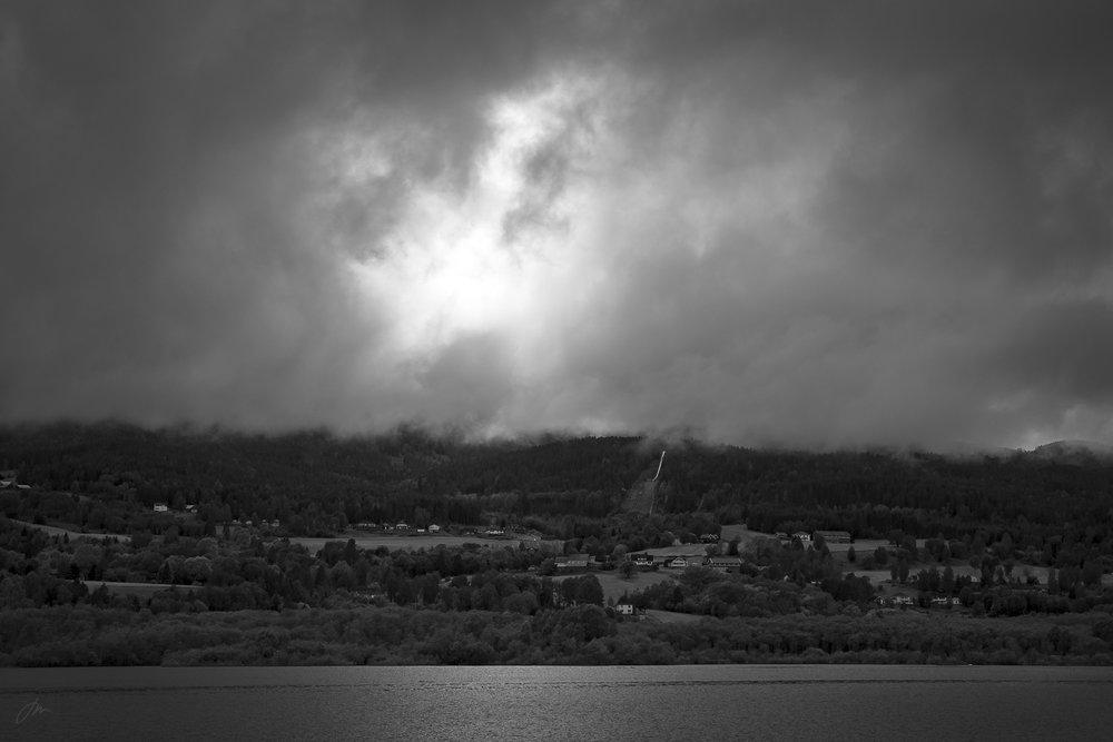 Nordvestover nå – passerer hoppbakken i medvind