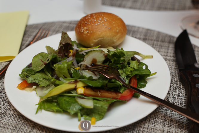 Green salad & bread roll
