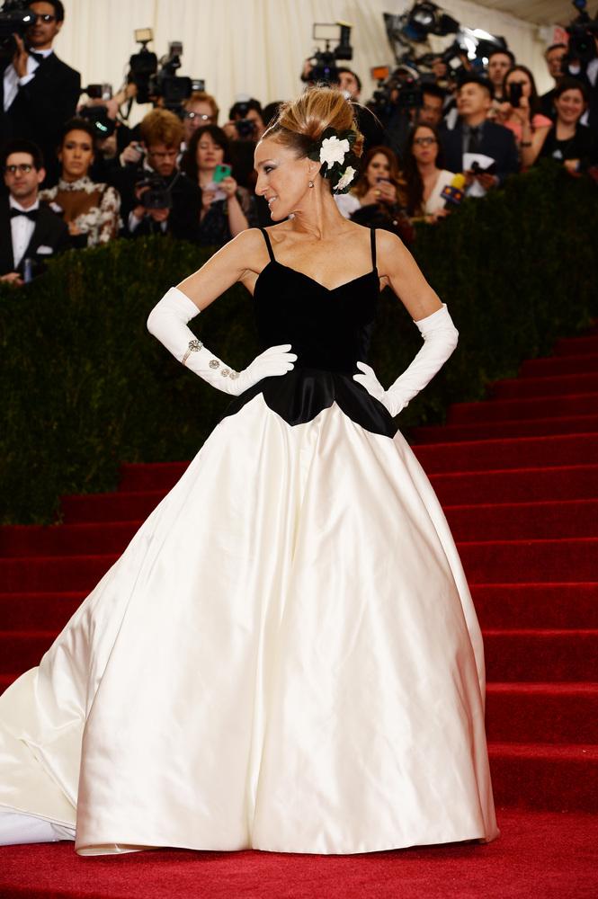 Sarah Jessica Parker looks absolutely stunning in Oscar de la Renta.