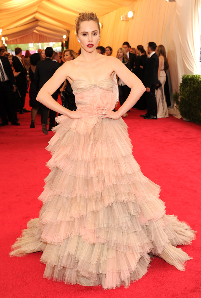 Suki Waterhouse looks absolutely gorgeous in this amazing gown by Burberry.
