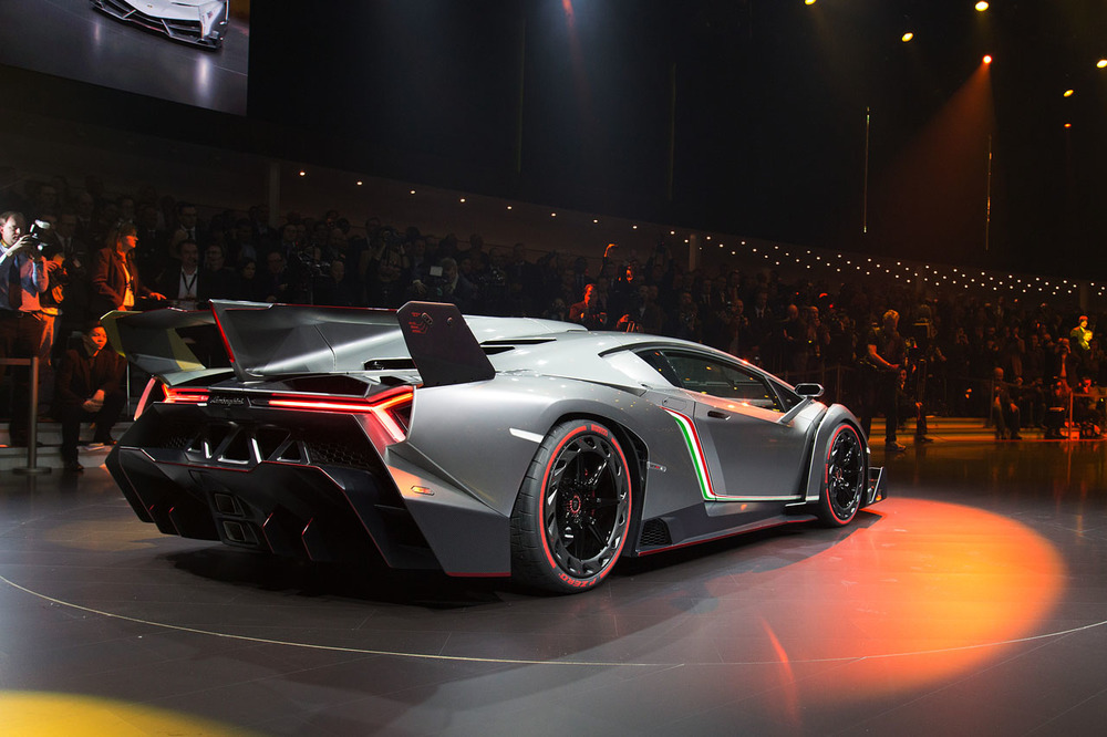 lamborghini_veneno_vw_group_night2.jpg