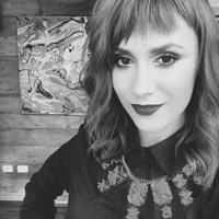 Juliana Rakoza:maquiadora profissional ganhadora dos prêmios: Avon 2013 (editorial de moda), Cabelo & CIA 2013 (Maquiadora Revelação), Cabelos & CIA 2014 (Melhor Maquiadora 2014). Ex treinadora da MAC Cosmetics, participa como maquiadora do SPFW desde 2005 e colabora para as melhores revistas de moda e programas de TV como: Ser mulher (Fox/BemSimples) e Base-Aliada (GNT), Mais Você (Globo). Hoje, Ju é embaixadora da Maybelline no Brasil.