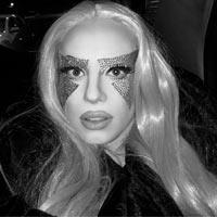 Penelopy Jean:  Renato Ricci tem 29 anos e é maquiador e designer gráfico durante o dia. Muita gente nem imagina, mas ele também dá a vida a drag queen Penelopy Jean, brilhando como dj, performer e sósia da cantora Lady Gaga pelas noites de São Paulo e Brasil afora. Tudo começou com uma brincadeira entre amigos na sua cidade natal, no interior de Minas Gerais. Mas bastou se mudar pra SP para sua carreira deslanchar. Além de arrasar por aí, Penelopy agora também ministra cursos aqui na MADRE, compartilhando suas técnicas e experiência com a maquiagem artística e drag.