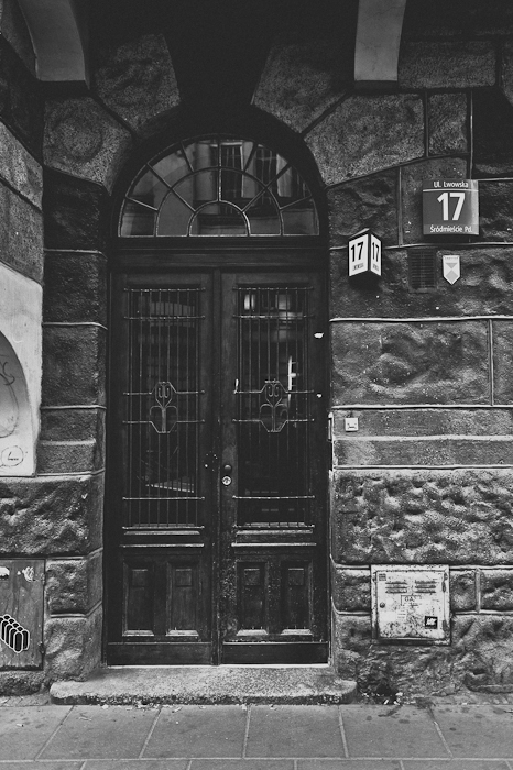 Lwowska 17 - to tu znajduje się atelier Zuo Corp. W przedwojennej kamienicy w czasach PRL był dwupoziomowy sklep mięsny, a w czasie stanu wojennego mieściło się tu biuro gen. Jaruzelskiego, fot. Artur Cieślakowski dla Do You Know Fashion