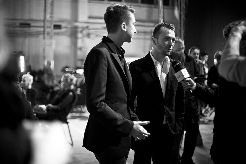 Marcin Paprocki i Mariusz Brzozowski tuż przed pokazem, fot. Agnieszka Taukert/Backbone dla Do You Know Fashion