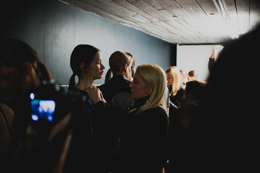 Ania Kuczyńska na backstage'u pokazu Illuminate SS 2014/              fot. Artur Cieślakowski dla Do You Know Fashion